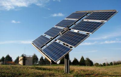 // Apostila de 114 páginas ensinando os principais conceitos sobre energia solar fotovoltaica, a geração de energia elétrica a partir do Sol. Sendo a...