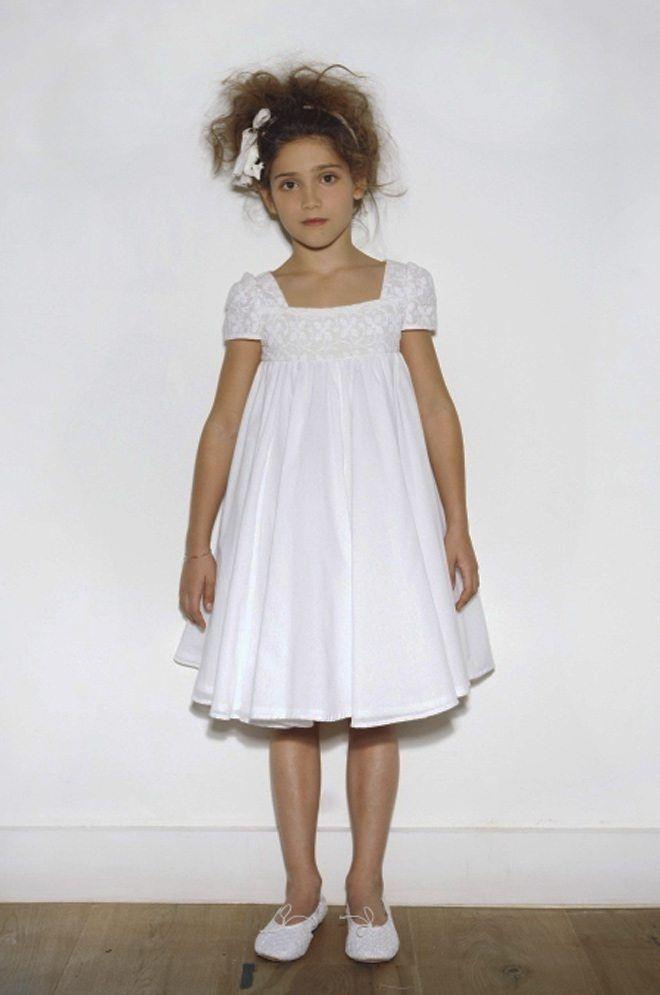 Las niñas más niñas, sencillas a la par que elegantes, mira qué guapas están con estos vestidos de comunión cortos... Una alternativa para ir cómodas