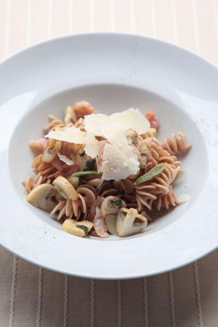 Bereiden:Kook de pasta al dente in gezouten water. Giet af.Wok de champignonstukjes in olijfolie. Voeg de spekblokjes toe. Bak krokant. Voeg de pasta toe, laat even meebakken. Kruid af met peper, zout en salie.Serveren:Serveer in een diep bord. Werk af met parmezaanschilfers en enkele blaadjes salie.