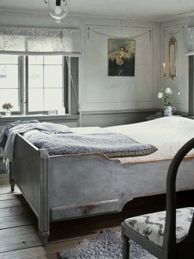 The Laurel Hedge: Wreta Gestgifveri's Gray Bedroom