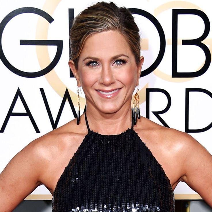Jennifer Aniston's makeup artist reveals her secrets on how she creates the perfect bronzed skin.