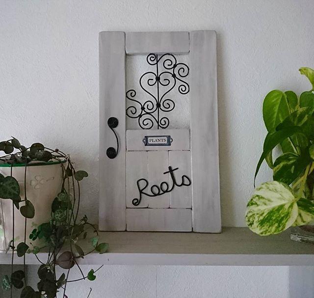 *ワイヤーフレームドアver.2🚪✨ いつもお世話になってる美容室(Roots)さんに  ロゴ入りで作ってみました(^-^)v✂️✨ プレゼントしたら喜んで頂いて 私も嬉しい~😆 ご夫婦でやってる美容室で 穏やかで気さくなお二人 ..😊 落ち着ける雰囲気の店内で いつも癒しの時間です※。.:*:・'°☆🔹🔸 #ワイヤークラフト#ワイヤー#ワイヤーフレーム #ワイヤークラフト雑貨 #ハンドメイド #ハンドメイド雑貨 #手作り#ドア#diy #diy女子 #100均雑貨 #100均 #100均diy#すのこ#すのこdiy #すのこリメイク #インテリア雑貨#プレゼント #wirecraft #wire #handmade#door