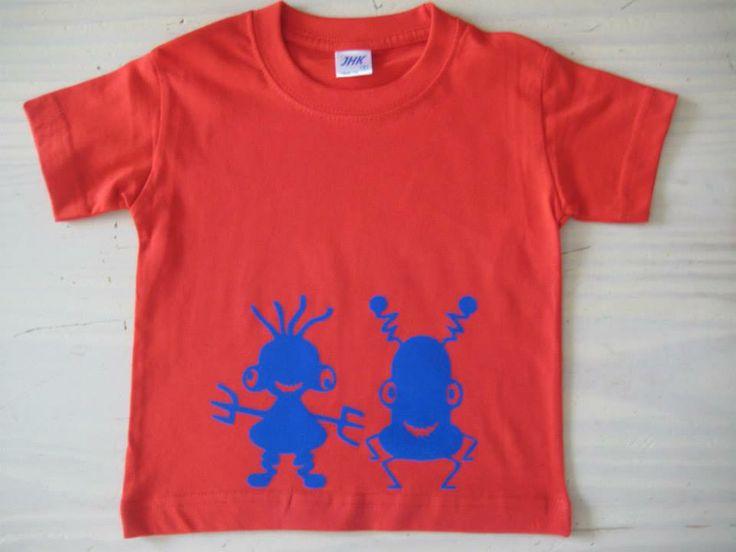 Rood t-shirts met 2 monstertjes in koningsblauwe flock, design by Kaatje Tomaatje/ gedrukt in eigen studio