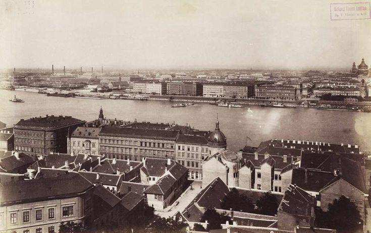 kilátás a budai Várból a Széchenyi (Rudolf) rakpart felé. Balra a Parlament, jobbra a Bazilika építkezése látszik. A felvétel 1892 körül készült. A kép forrását kérjük így adja meg: Fortepan / Budapest Főváros Levéltára. Levéltári jelzet: HU.BFL.XV.19.d.1.07.195