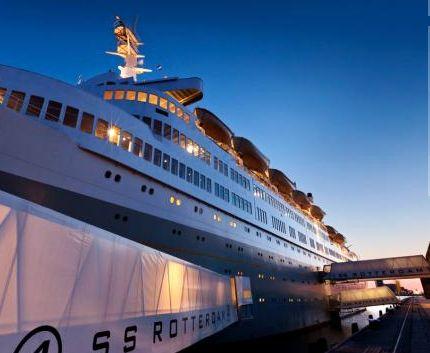 Het vlaggenschip, De SS Rotterdam. van de Holland Amerika Lijn met bestemming New York heeft jarenlang de wereldzeeën bevaren maar is tegenwoordig een gracieuze overnachtingsplek.