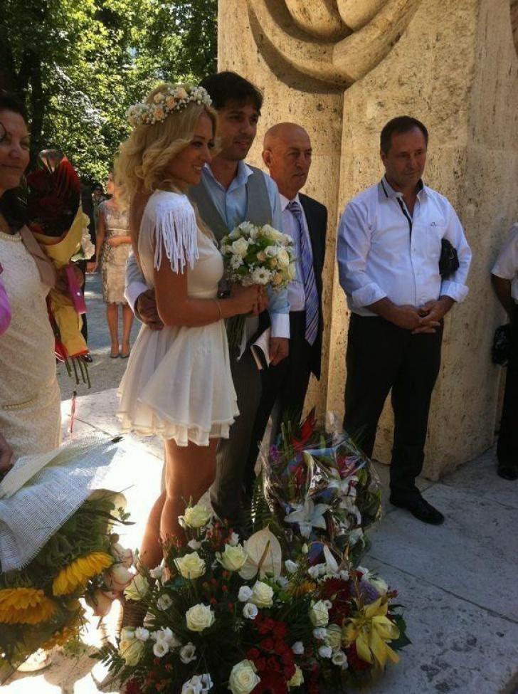 Delia Matache s-a căsătorit civil cu iubitul său, Răzvan Munteanu, la Poarta Sărutului http://www.realitatea.net/delia-matache-s-a-casatorit-civil-cu-iubitul-sau-razvan-munteanu-la-poarta-sarutului_998531.html#ixzz252RXLtyK
