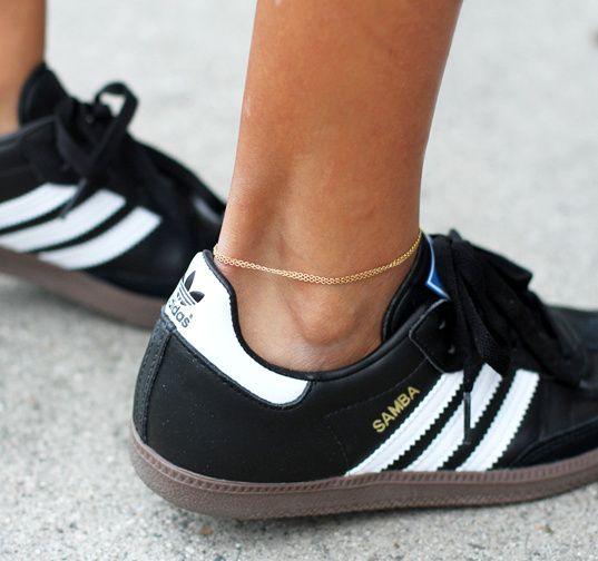 Gazelles noires + très fin bracelet de cheville + jambes bronzées = le bon mix (blog Sincerely Jules)