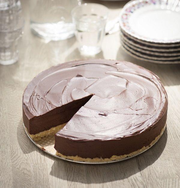 chocoladetaart-limoncello / - 80 gram boter - 250 gram roomboterkoekjes - 50 ml limoncello - 500 gram pure chocolade (liefst minimaal 70% cacao) - 500 ml crème fraîche - 3 eetlepels suiker -