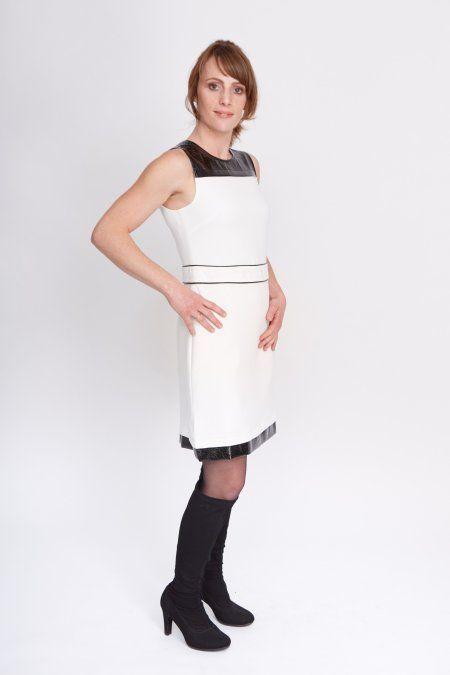 Dit witte jurkje met zwarte lak-details oogt erg chique en licht in de winter. Het doorbreekt even de sleur van al die donkere kleding. De jurk heeft een hoge taille, waardoor het ongewenste details in de buurt van de heupen prima verbergt. Je kunt ditjurkje dragen met een colbert eroverheen of een shirt eronder. Het jurkje heeft een rits aan de achterkant, waardoor hetgemakkelijk aan- en uit te trekken is. Het jurkje heeft een voering.  Het model is 1.66 meter en draagt maat 36.