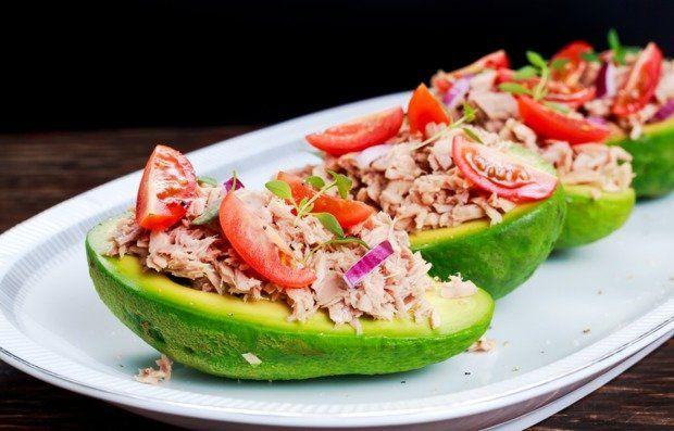 Даже простой салат с тунцом может стать настоящим кулинарном шедевром, если проявить немного фантазии и падать его в авокадо, с которым тунец великолепно сочетается.
