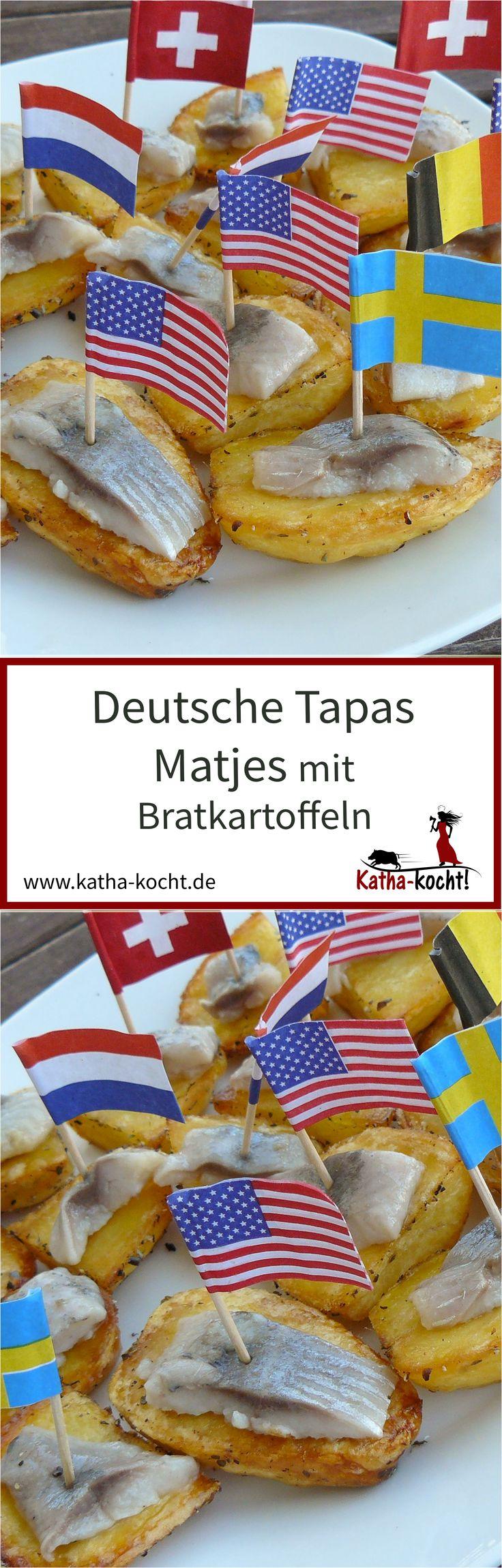 Eine tolle Idee für das nächste Partybuffet sind deutsche Tapas - dieser Matjes auf Bratkartoffeln ist schnell vorbereitet und lässt sich wunderbar snacken. Das Rezept gibt es auf katha-kocht!