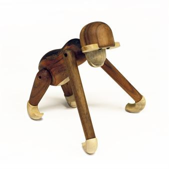 Kay Bojensen är formgivaren bakom den världsberömda träapan från Kay Bojesen Denmark. Den lilla apan är ett vackert konstverk för den designmedvetne men också en uppskattad doppresent för ett litet barn. Apan designades 1951 och kan med fördel hängas upp. Kay Bojensen har även designat andra trädjur och apan kan köpas i modell större.
