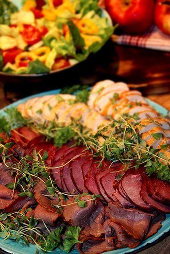 Kallskuret kött; Rostbiff, rökt hjortrulle och kycklingfilé med potatisgratäng –