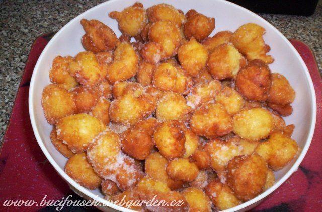 """""""Tvarohové koblížky bez droždí"""" - od Marie Ž. SUROVINY1 tvaroh v kostce, 20dkg polohrubé mouky,1 prášek do pečiva,3 celá vejce, 3 polévkové lžíce rumu, 250ml mléka,Na obalení: 2 hrnky cukru krupice, 2 vanilkové cukryPOSTUP PŘÍPRAVYVšechny suroviny smícháme v hladké těsto, které by mělo mít """"bublinky"""". V hrnci rozpálíme olej (asi 3 cm oleje) na el. sporáku na č. 6. Čajovou lžičkou udibujeme těsto a necháme ho stéct do rozpáleného oleje.Některé koblížky se přilepí ke d..."""