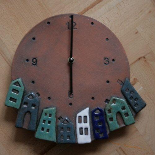 Keramické hodiny s domečky v modrém tónu