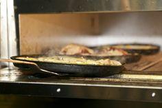 Consejos y trucos para limpiar el horno El horno eléctrico es un electrodoméstico prácticamente imprescindible en nuestras cocinas. Nos hace la vida más fácil permitiéndonos cocinar platos que sólo podemos hacer en él pero, no nos engañemos, es fácil que se convierta en todo un enemigo a la hora de limpiar si lo descuidamos un…