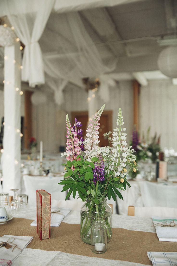 Emma och Niklas gifte sig den 4 juni i år framför en rustik gammal lada strax utanför Jönköping. De skapade många dekorationer och smarta lösningar själva så här finns mycket inspiration att hämta. Det här bröllopet innehåller nästan allt med sitt lantliga, bohemiska och romantiska tema. Fot