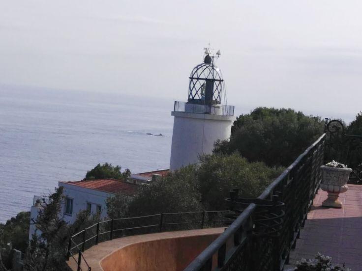 El Faro de Sant Sebastià El Faro de Sant Sebastià, en lo alto del promontorio, es del s.XIX, de la época de Isabel II, se encuentra en la cima de la montaña de Sant Sebastià, que divide las poblaciones de Llafranc y Tamariu. Fue construido en 1857 y posee una altura de 165 metros. Se le considera como el faro de mayour importancia del Golfo de León y uno de los de mayor alcance del Mar Mediterráneo.