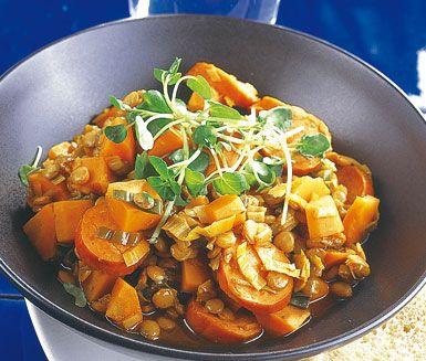 Soppgryta à la chorizo är en god och mättande gryta som tack vare de starka korvarna, paprikan och tomatpurén även är het och smakrik. Servera soppgrytan med ett gott bröd.