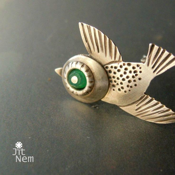 Vrabčák s achátem ::ag925:: Malá brož-ptáček ze stříbra ryzosti 925/1000, terjntokrát s broušeným zeleným achátem. Označena výrobní a ryzostní značkou. rozměry cca. 26 x 25 mm materiál - stříbro 925/1000, achát váha - 2,2 g váha stříbra - 2,1 g