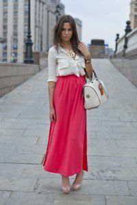 Сочетание в одежде: молочного цвета блузка и ярко-кораллового цвета юбка в пол