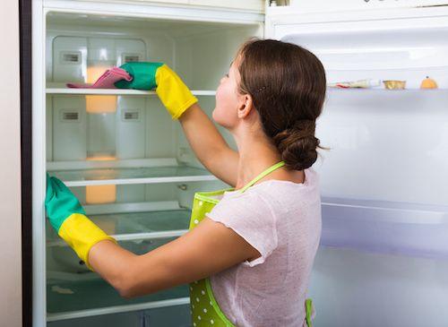 On l'ouvre, on le ferme, mais on le bichonne peu. Savez-vous pourtant qu'en entretenant votre réfrigérateur, vous agissez sur sa durée de vie et sur l'hygiène des aliments qu'il contient ? Pour éviter la surconsommation d'énergie et la prolifération de bactéries, quelques gestes simples suffisent souvent. Comment le nettoyer ? Quand dégivrer ?