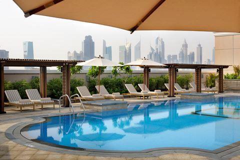 Ramada Jumeirah  Description: Ligging: Ramada Jumeirah ligt aan Al Mina Road en in de nabijheid van het Dubai World Trade Centre het strand van Jumeirah en het winkelcentrum Dubai Mall. De luchthaven ligt op ongeveer 20 minuten rijafstand. Faciliteiten: Ramada Jumeirah beschikt over 252 kamers verdeeld over één gebouw. In de lobby met zitjes vindt u de receptie die 24 uur per dag voor u klaar staat en liften. Voor uw maaltijden kunt u terecht bij 2 restaurants waaronder een restaurant met…