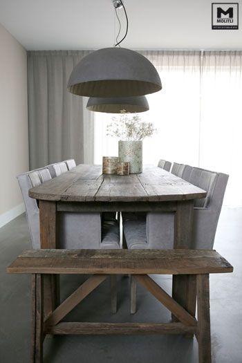 Een strakke keuken? Helmaal gaaf juist met een oude tafel en onze lampen van betonstuc erbij. En dan een paar stijlvolle eetkamerstoelen....proost! www.molitli-interieurmakers.nl
