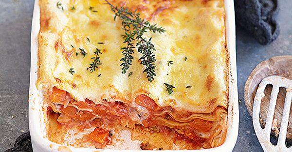 Ein Auflauf, der nicht nur vegetarische Gäste begeistert: geschichtet mit Kürbis-Tomaten-Sugo, Lasagneblättern und Käse-Béchamelsauce.