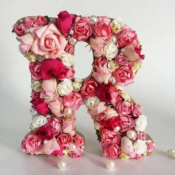 Letras decoradas com flores e pérolas: