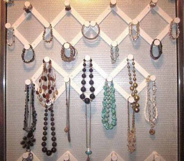 Organize os acessórios Para organizar os acessórios, comece agrupando. Procure pela casa anéis, brincos, relógios, óculos de sol, lenços, encharpes, etc. Providencie um local para guardar os acessórios juntos e de forma organizada.
