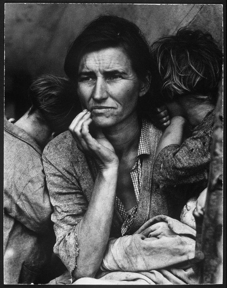 Le regard inquiet de cette femme face au Dust Bowl, une série de tempêtes de poussière qui a touché, pendant près d'une décennie, la région des Grandes Plaines aux États-Unis et au Canada. ((1936)