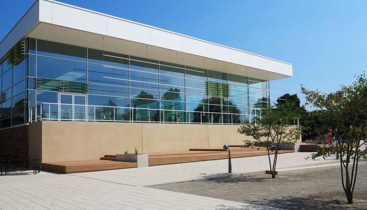 Das Hallen- und Freibad Auebad Kassel hat im Außenbereich bildschöne Liegeflächen mit Premium WPC Barfußdielen von MYDECK. Die WPC Terrassendielen sind außerdem auch im Spa-Bereich des Hauses verlegt.