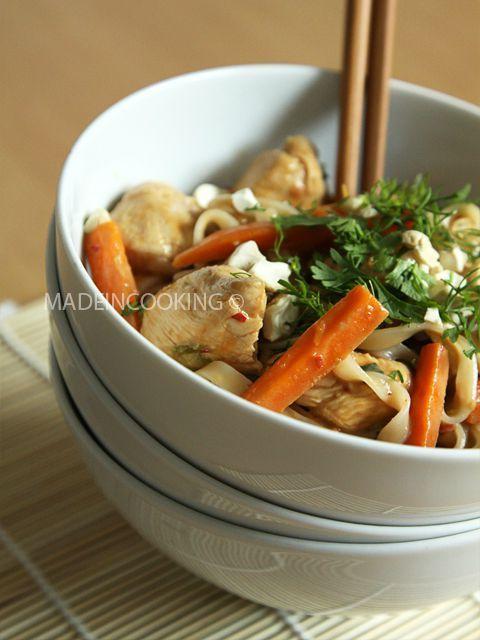 Nouilles au poulet, cacahuètes et sésame,  blog madeincooking.canalblog.com