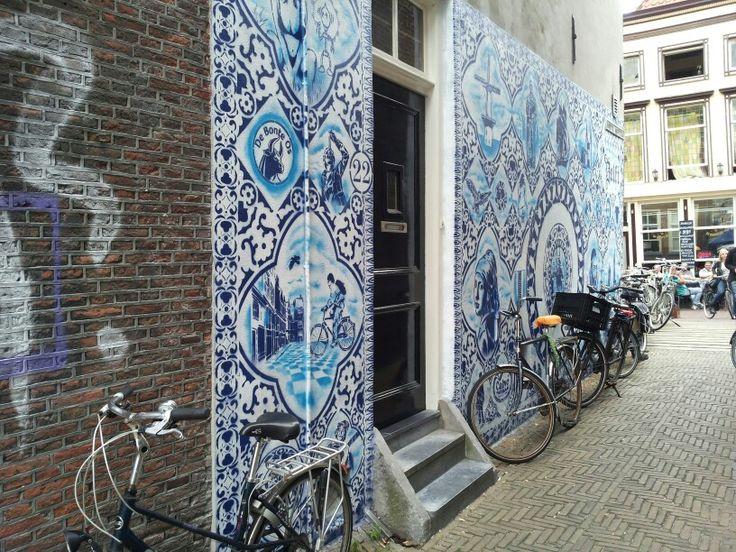 Decoratief: versierend.  Steegje in Delft-Holland
