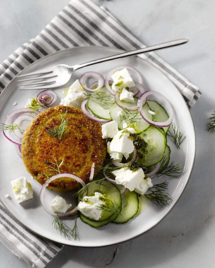Deze vegetarische freekeh-burgers zijn heel makkelijk te bereiden en supergezond. Serveer met een verfrissende feta-komkommersalade.