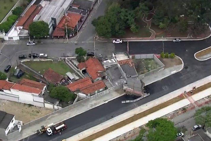 Prefeitura disse que o processo para desapropriar imóvel não foi concluído.Parte da residência ocupa quase toda a pista da via. Ano de eleição!     (adsbygoogle = window.adsbygoogle || []).push({});   A obra de alargamento da Rua Laguna, na região de Santo Amaro, na Zona Sul de São Paulo, e