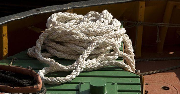 Instruções para trançar corda de sisal. A corda de sisal é rígida e normalmente usada em arranhadores de gatos. Apesar de ser possível comprar brinquedos com cordas desse tipo embutidas, é mais barato fazer as próprias tranças. Essas tranças podem ser costuradas ou coladas em arranhadores para fazer com que a superfície de carpetes durem mais, dando a seu bichano, ao mesmo tempo, mais ...