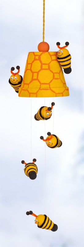 Tontopf-Mobile Bienen http://blog.buttinette.com/basteln/bastelanleitung-tontopf-mobile-bienen/  #basteln #DIY #Deko #Bienen #Tontöpfchen #Mobile #Kinder