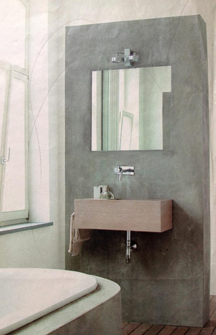 Losse muur, opgetrokken uit snelbouwstenen + watervaste cementpleister en een extra behandeling met een siliconenpreparaat, dat het cement helemaal waterafstotend maakt. Spiegel ligt verzonken in het pleisterwerk.