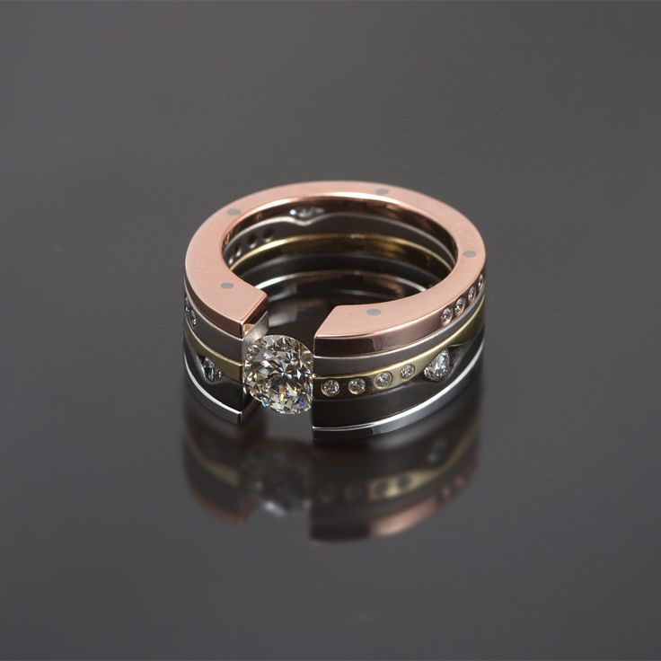Ozephius One Carat 444, witgoud, zwart zirconium, geelgoud, titanium, roodgoud, rondom bezet met diamanten.