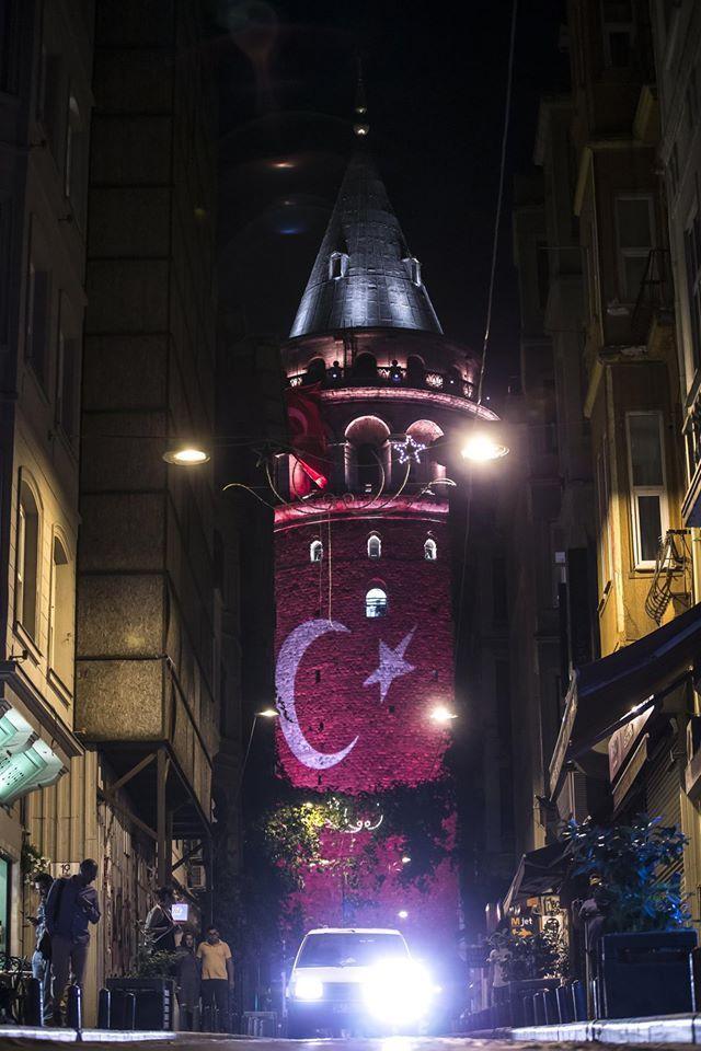 Galata Kulesi'ne Türk bayrağı yansıtıldı. Fetullahçı Terör Örgütü'nün darbe girişimini protesto gösterileri kapsamında Galata Kulesi'ne Türk bayrağı yansıtıldı.