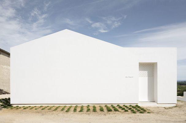 """Die """"Villa Tranquille"""" im französischen Vallée de l'Hérault wirkt wie eine gebaute Meditation ganz in Weiß – das Haus von Artelabo Architecture."""