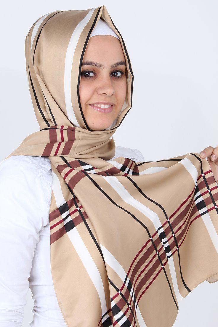 Özsoy şal modellerinden Çizgili Şal'ın bej rengi, pastel tonları tesettür giyim tarzına yansıtan tesettürlü bayanların beğenisini topluyor. Bej zeminde krem rengi, kahve,bordo ve siyah çizgiler kullanılan bu şal 170 X 70 cm uzunluğundadır ve püskülleri yoktur.