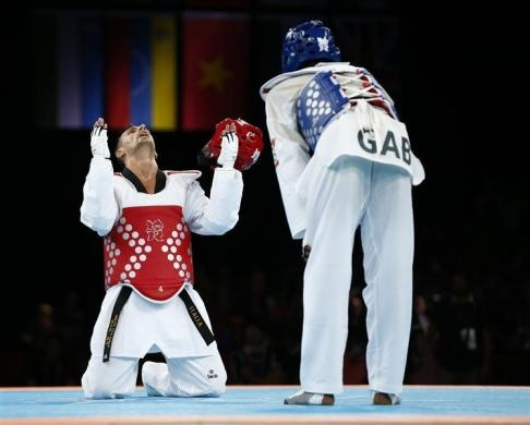 Italy's Carlo Molfetta (L) celebrates his victory over Gabon's Anthony Obame (R) in their men's 80kg gold medal taekwondo final at the ExCel venue during the London 2012 Olympic Games August 11, 2012.   REUTERS/Darren Staples