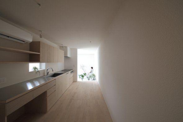 Se trata de una vivienda construida sobre una estrecha franja de terreno de 3m de ancho y 21m de largo. Para esta planta que parece demasiado larga y apretada, se adoptó una forma de construir al reinterpretar el concepto de escala, luz natural, y el uso de cada habitación.
