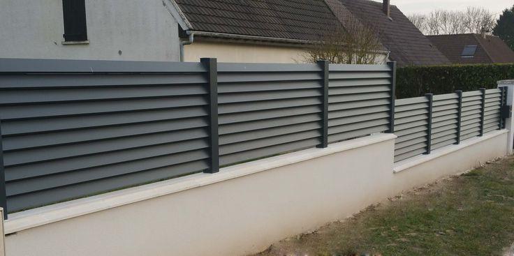 Clôture en aluminium gris anthracite avec lames persiennées,
