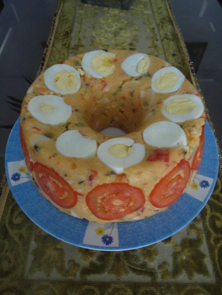 1 kg de camarões limpos  - 2 ovos cozidos  - 5 tomates sem sementes  - 400 g de farinha de milho em flocos  - 6 xícaras de água quente  - 1 vidro de palmitos  - 1 vidro de azeitonas sem caroços  - 1 pimenta dedo de moça média  - 3 dentes de alho  - 1 cebola grande  - 1/2 xícara de azeite  - 1 limão  - sal, salsinha e coentro a gosto  -