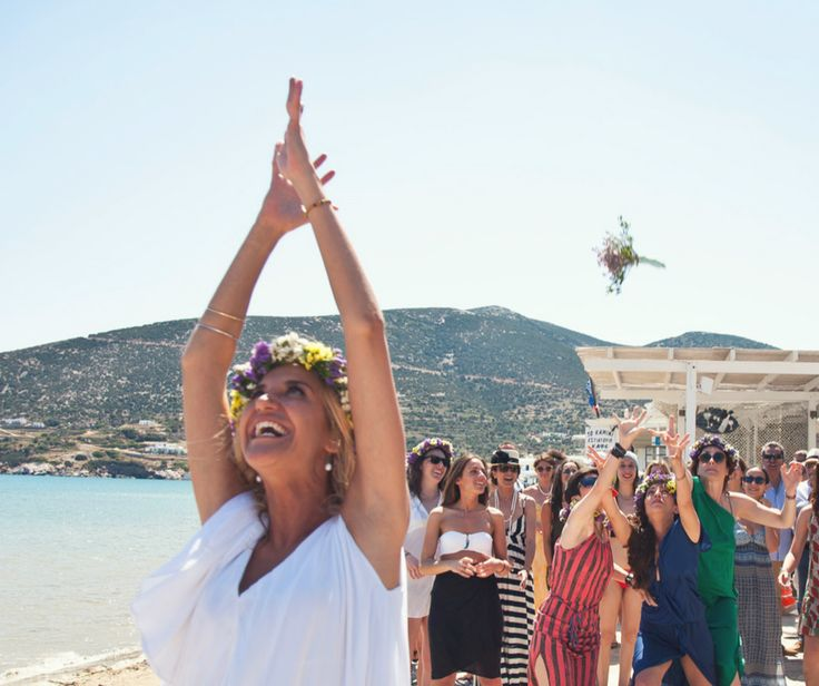 Catch the bouquet! #sifnos #wedding #bestmoment #bride