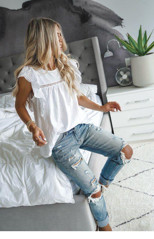Schönes weißes Top mit hellblauen Jeans